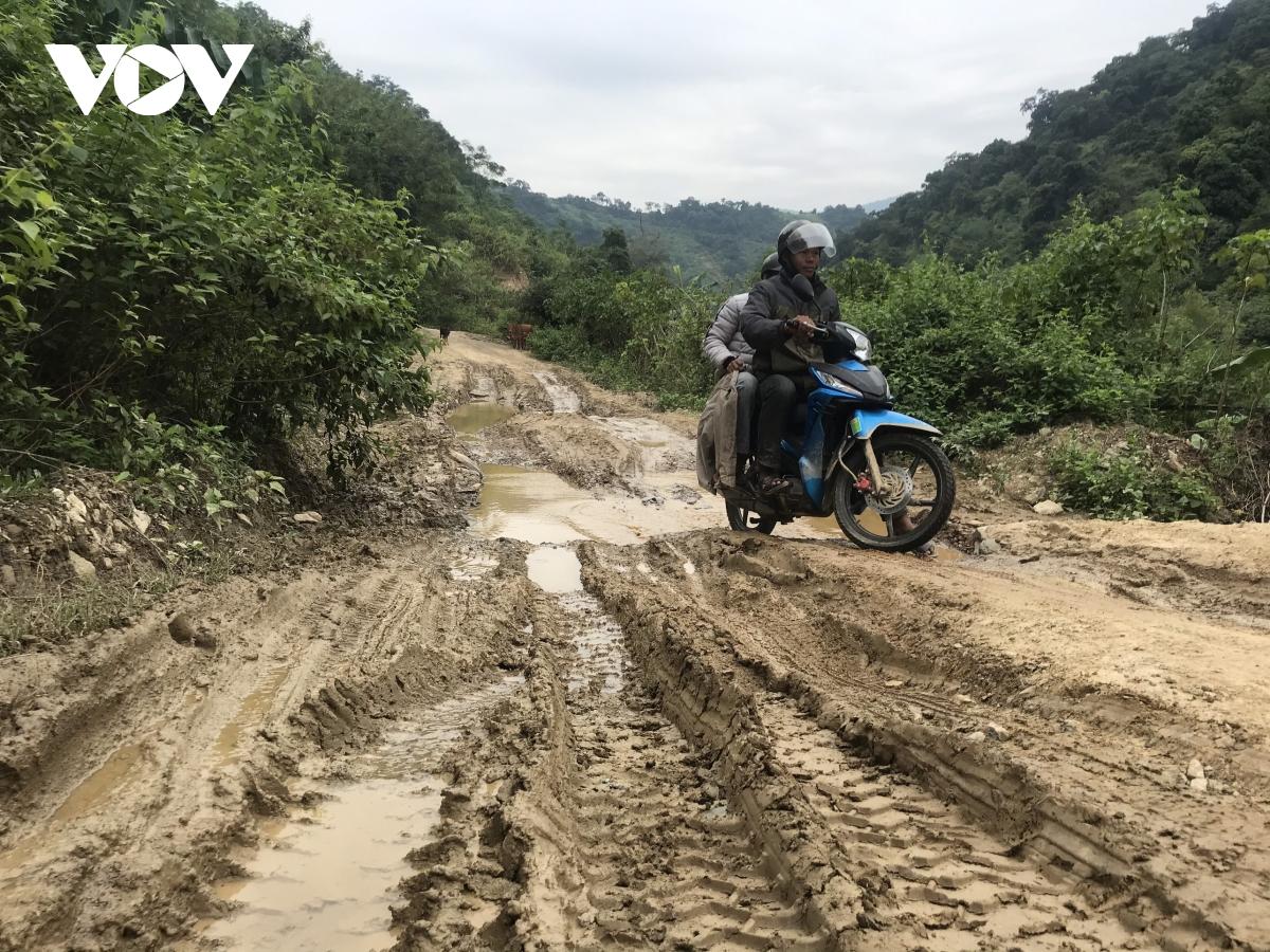 Tuyến đường mới được thảm nhựa khoảng 7km phần còn lại luôn trong tình trạng ngập ngụa bùn đất mỗi khi có mưa.