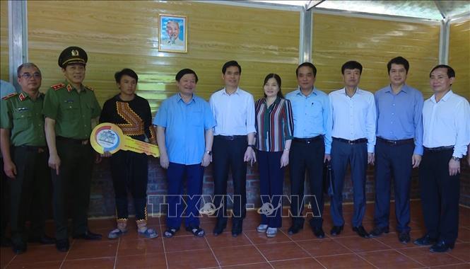 Đại diện lãnh đạo Bộ Công an, tỉnh Hưng Yên và tỉnh Sơn La trao tặng mái ấm tình thương cho hộ nghèo ở huyện Vân Hồ, tỉnh Sơn La. Ảnh: TTXVN phát.