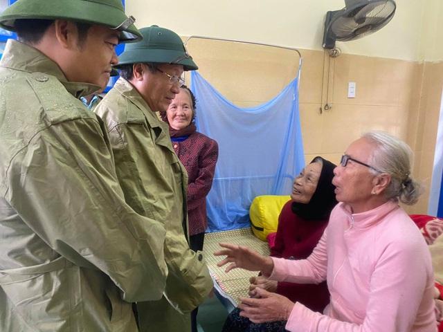 Lực lượng chức năng Quảng Trị thăm hỏi, động viên người dân tránh bão - Ảnh CTV