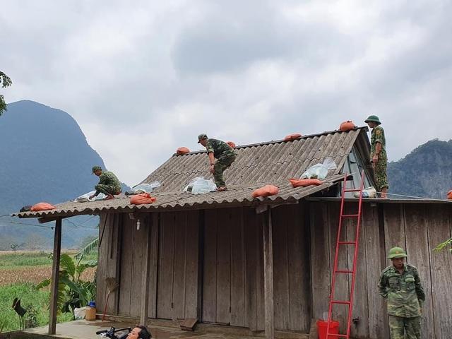 BĐBP Quảng Bình giúp đồng bào Bru Vân Kiều xã Trường Sơn huyện Quảng Ninh chằng chống nhà cửa - Ảnh CTV