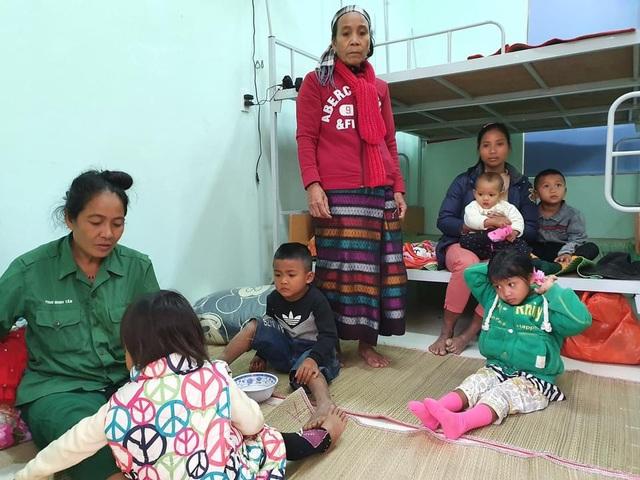 Đồng bào Bru Vân Kiều ở Bản Sắt xã Trường Sơn đã được di dời đến nơi ở an toàn để tránh bão - Ảnh CTV
