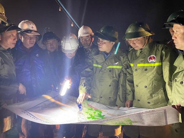 Bộ trưởng Bộ NN&PTNT Nguyễn Xuân Cường cùng đoàn công tác kiểm tra việc ứng phó với bão số 13 ở Quảng Bình - Ảnh CTV