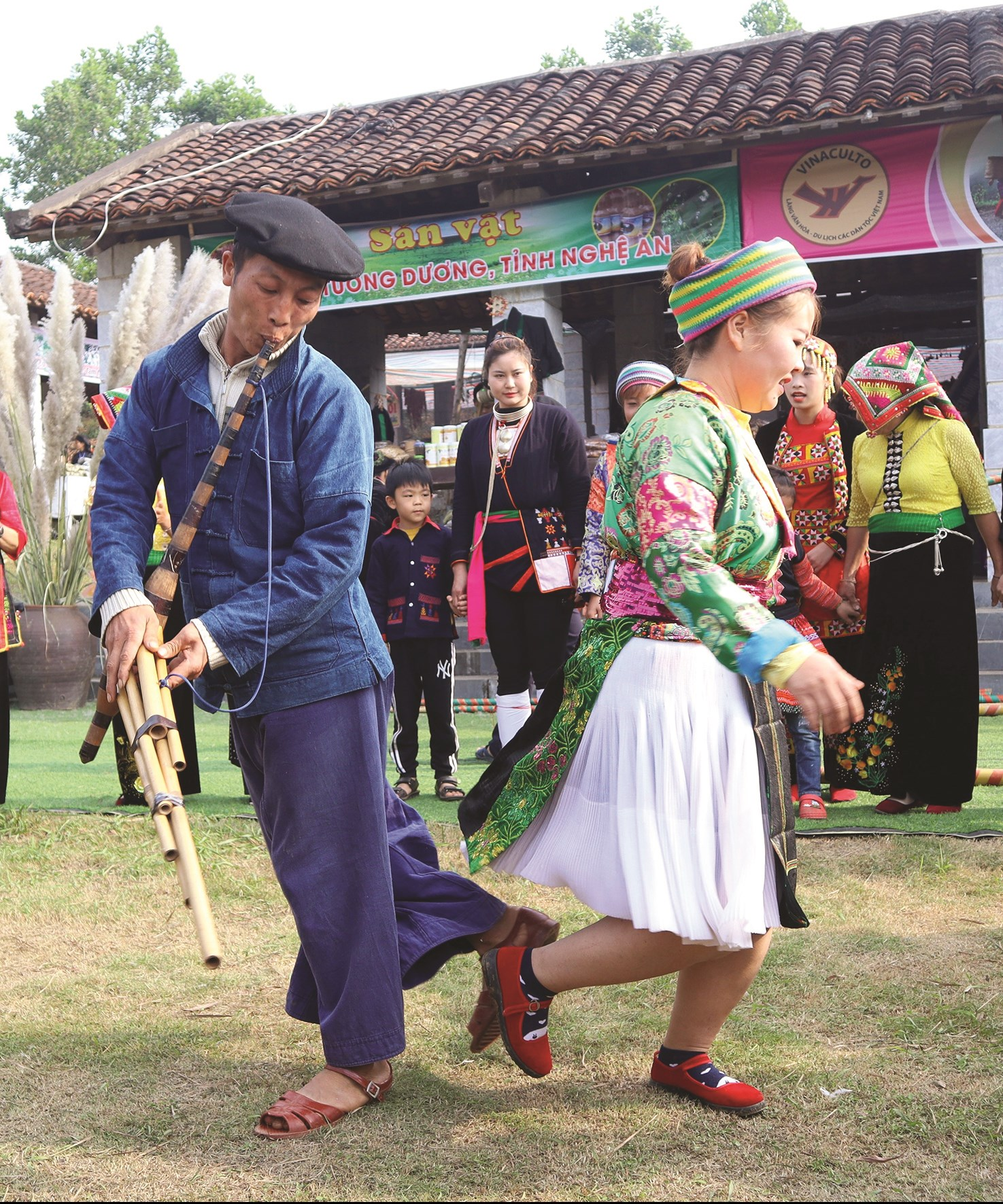 Hình ảnh về đời sống sinh hoạt văn hóa thường được biểu đạt phong phú trong thơ của các tác giả người Mông.