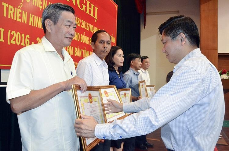 Ông Trần Văn Tuấn, Phó Chủ tịch UBND tỉnh trao Bằng khen cho các tập thể đạt thành tích xuất sắc trong thực hiện Nghị quyết 48/2016/NQ-HĐND của HĐND tỉnh về Đề án phát triển KT-XH cho đồng bào DTTS trên địa bàn tỉnh, giai đoạn II (2016-2020)