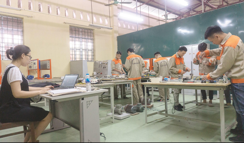 Các phòng học trước đây của khoa Điện - Điện tử đều được ngăn đôi, mặc dù rất chật chội