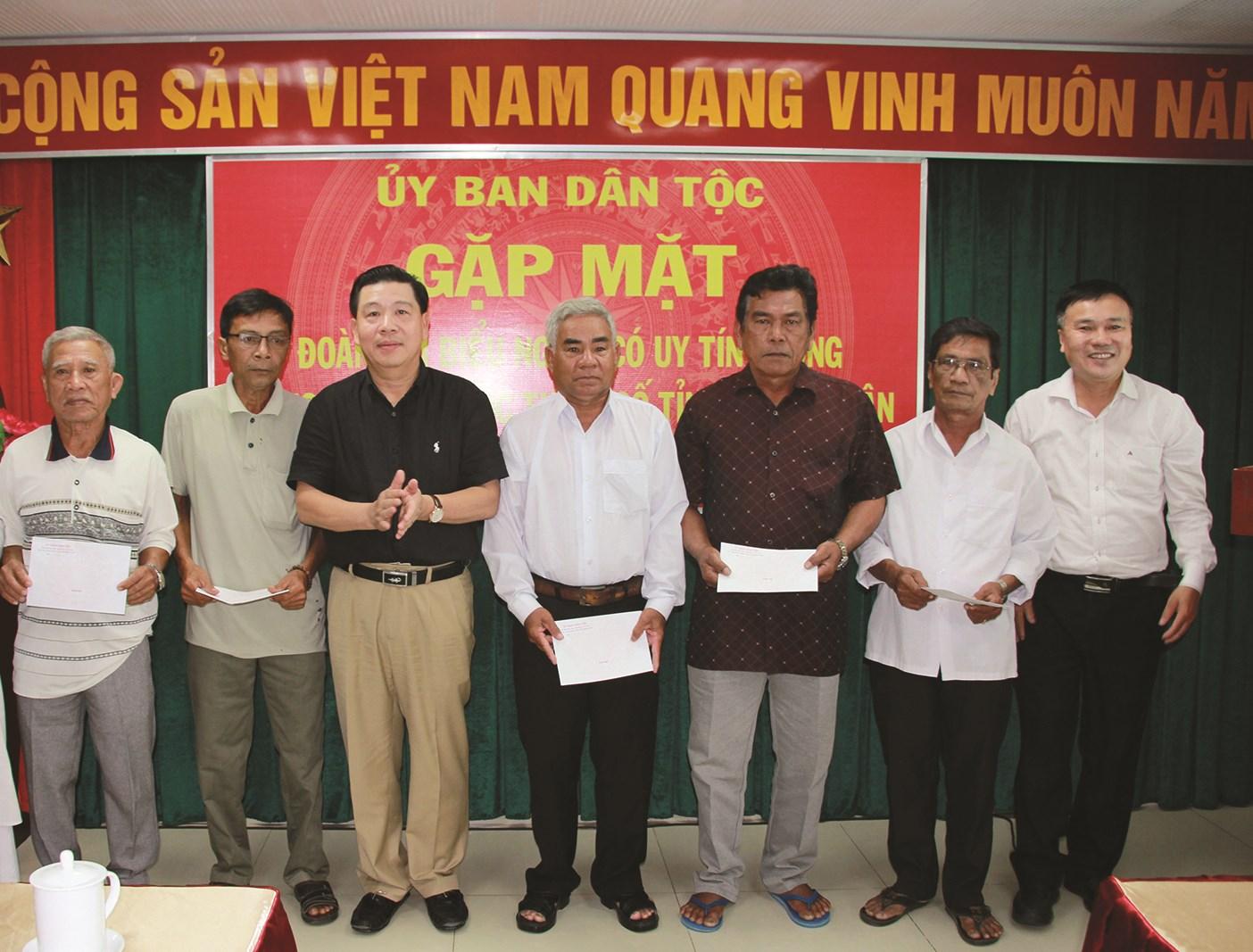 Thứ trưởng, Phó Chủ nhiệm UBDT Lê Sơn Hải tặng quà Đoàn Người có uy tín trong đồng bào DTTS tỉnh Bình Thuận.