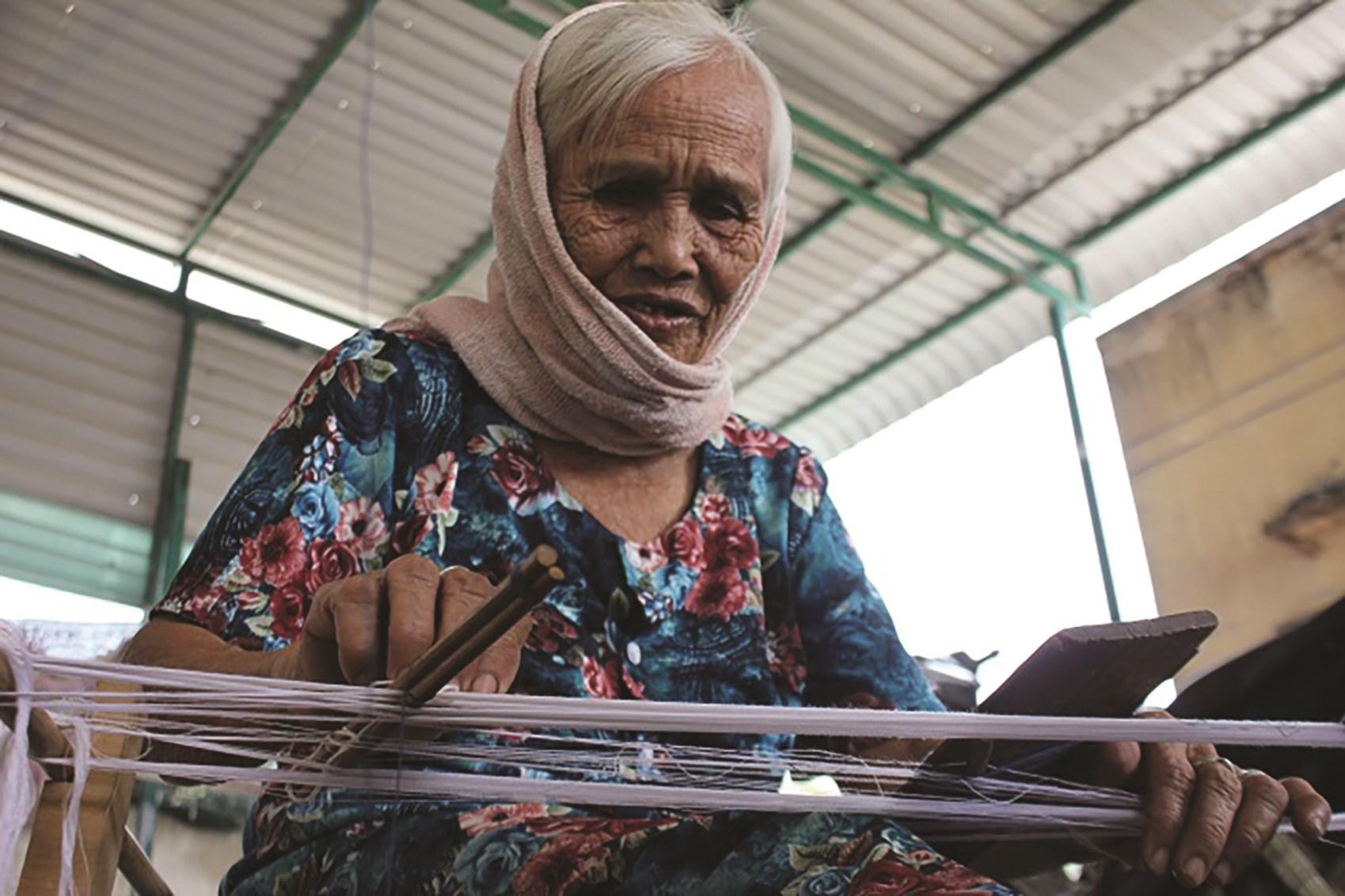 Nghệ nhân Đàng Thị Mượn chia sẻ nỗi trăn trở về sự mai một của làng nghề dệt thổ cẩm