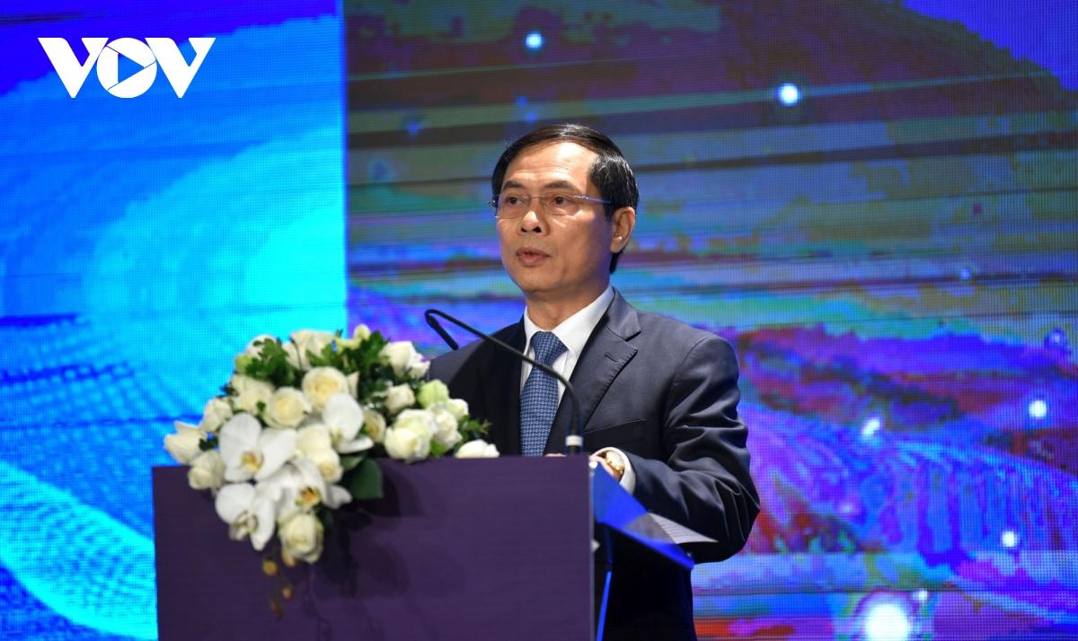 Thứ trưởng thường trực Bộ Ngoại giao Bùi Thanh Sơn kêu gọi các bên cần nêu cao tinh thần đối thoại, thúc đẩy hợp tác, cùng phát triển và cùng tìm các giải pháp hoà bình cho các khác biệt và tranh chấp ở Biển Đông.