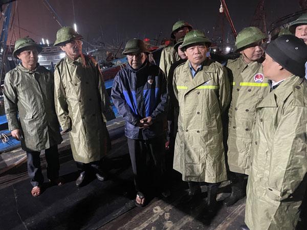 Bộ trưởng Bộ NN&PTNT Nguyễn Xuân Cường (người thứ ba từ phải qua trái) kiểm tra Khu neo đậu tàu cá sông Gianh (Quảng Bình).
