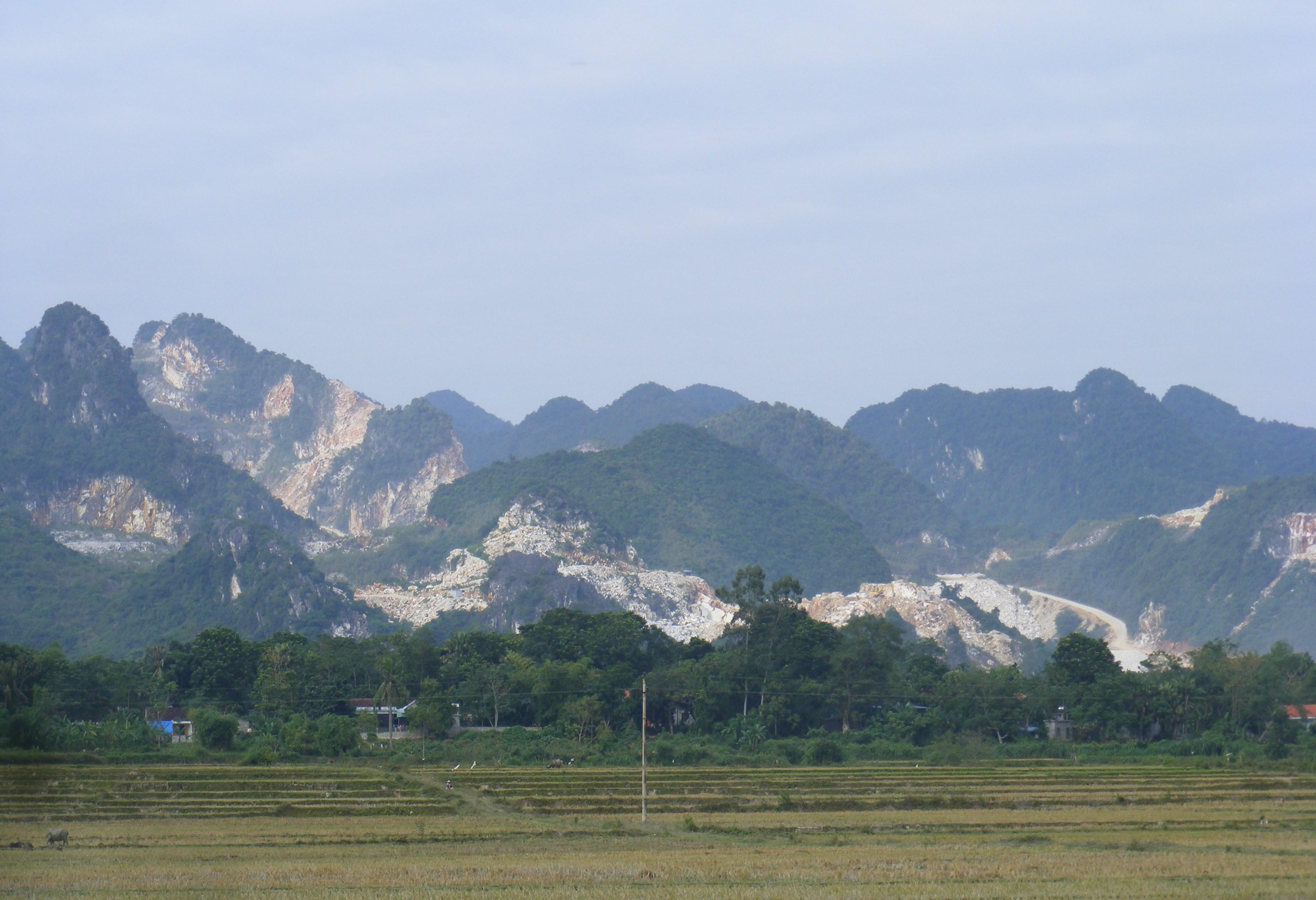 Những ngọn núi xanh thẳm xưa kia trở nên nham nhở vì khai thác đá trắng