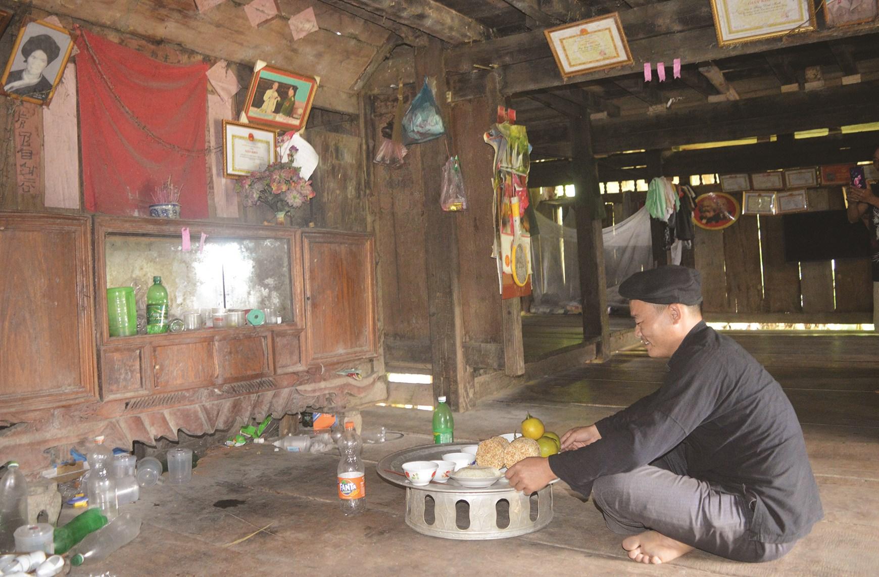 Anh Sùng Văn Tây, thôn Yểng, xã Hùng Lợi (Yên Sơn) dâng lễ báo cáo tổ tiên trong Lễ cúng cơm mới.