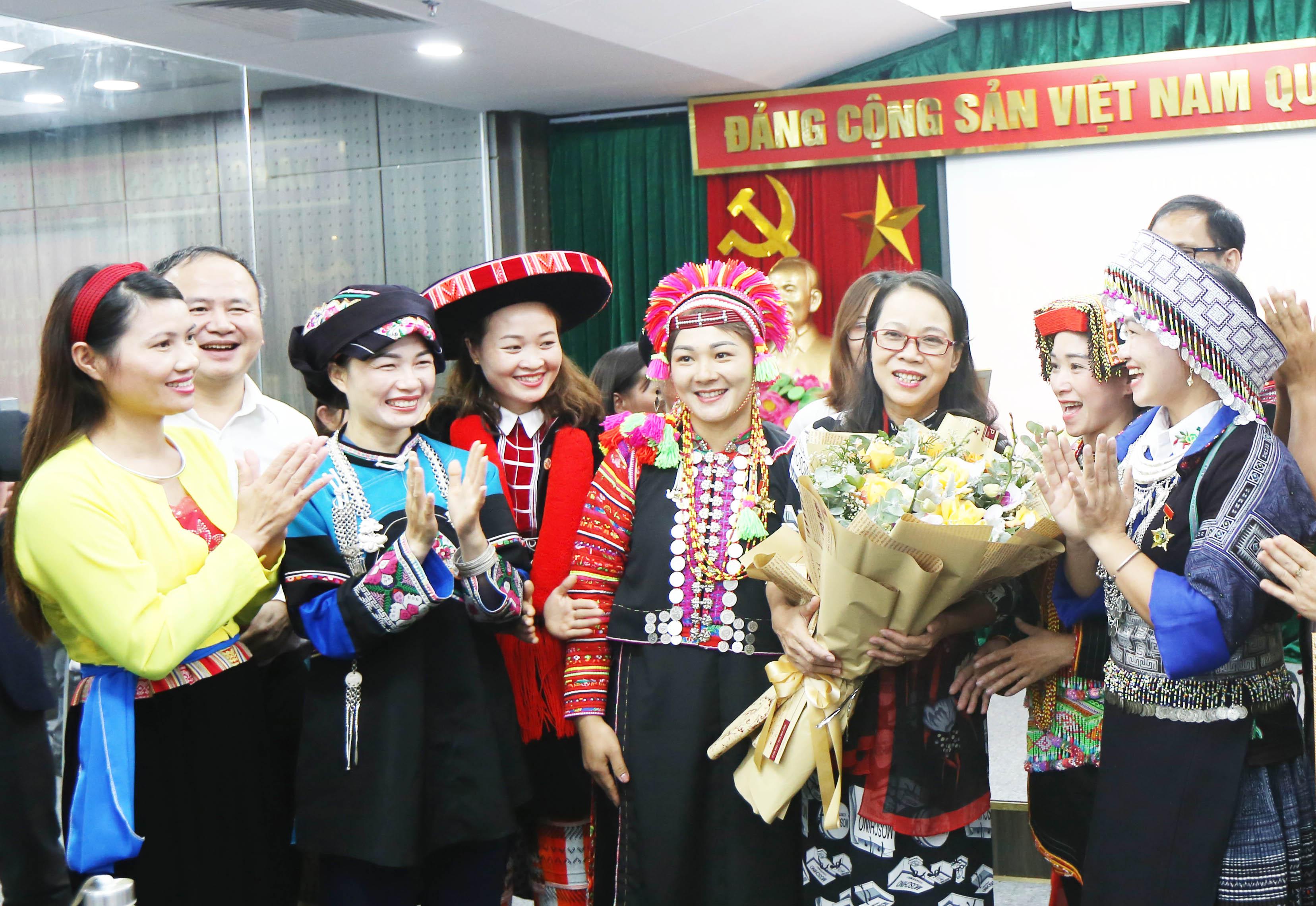 Thứ trưởng, Phó Chủ nhiệm UBDT Hoàng Thị Hạnh giao lưu cùng các thầy cô giáo