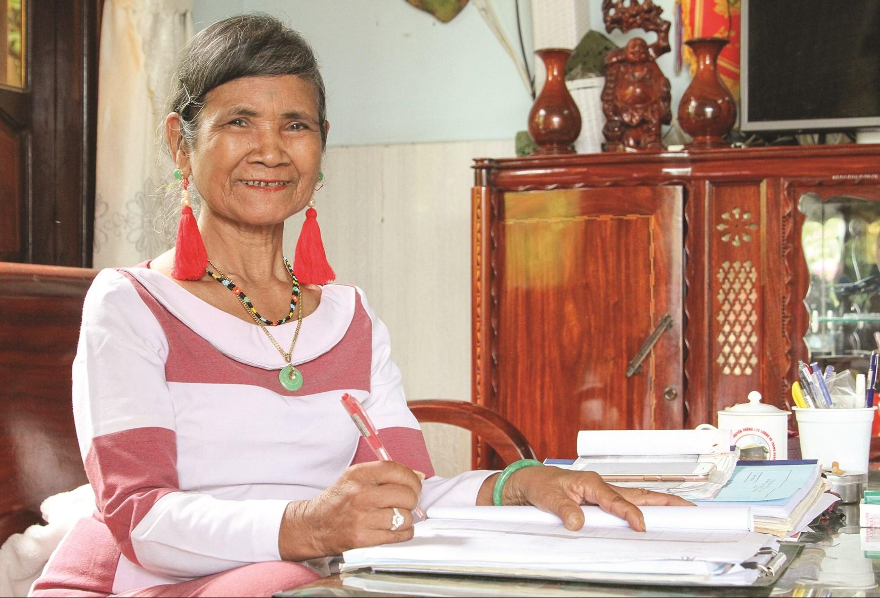 Ở tuổi 72, nhưng hằng ngày, bà Mẫu Thị Bích Phanh vẫn miệt mài nghiên cứu văn hóa Raglay.