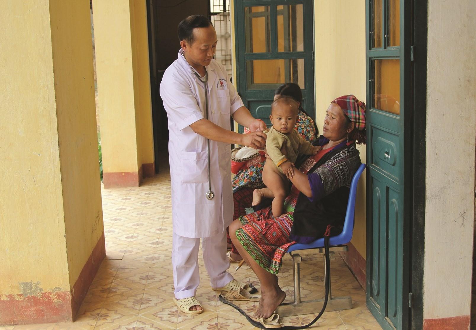 Nhiều trẻ em ở vùng cao Mù Cang Chải đến khám bệnh lúc giao mùa