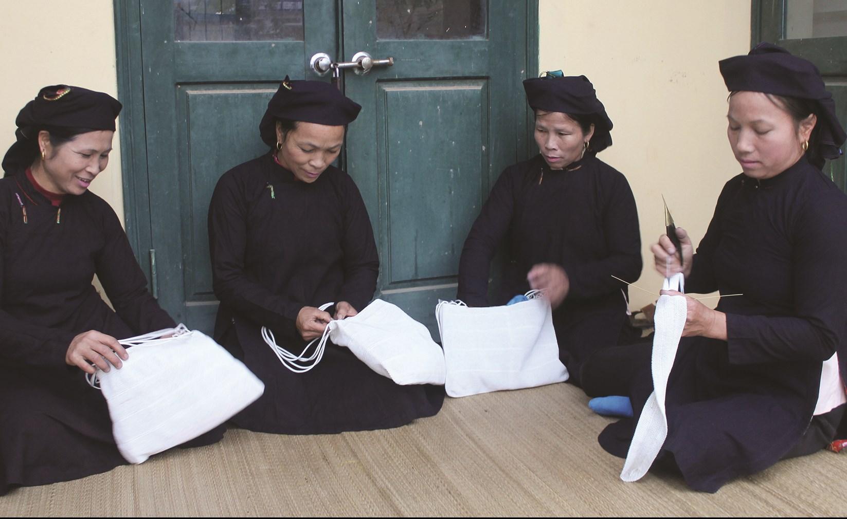 Phụ nữ Sán Chí ở Kiên Lao với công việc đan sung
