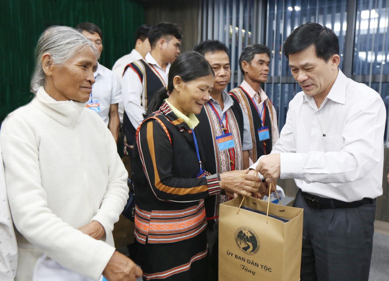 Thứ trưởng, Phó Chủ nhiệm UBDT Nông Quốc Tuấn trao quà của UBDT đến đại biểu Người có uy tín tỉnh Kon Tum.