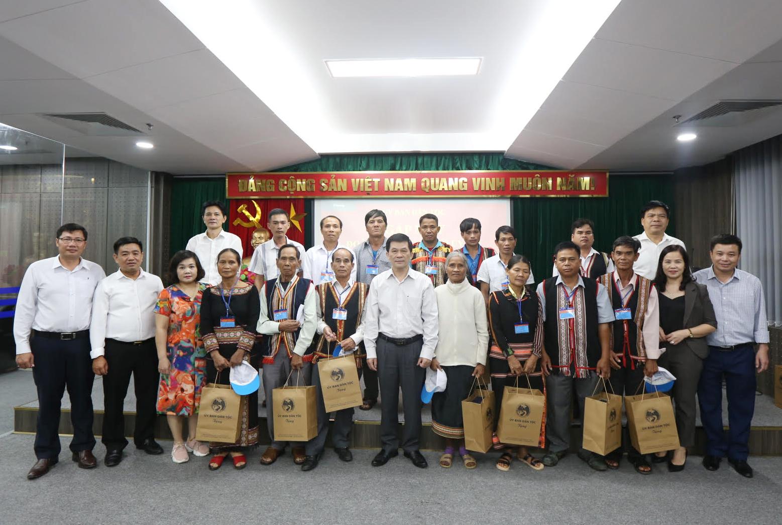 Thứ trưởng, Phó Chủ nhiệm UBDT Nông Quốc Tuấn chụp ảnh lưu niệm cùng đại biểu Người có uy tín tỉnh Kon Tum