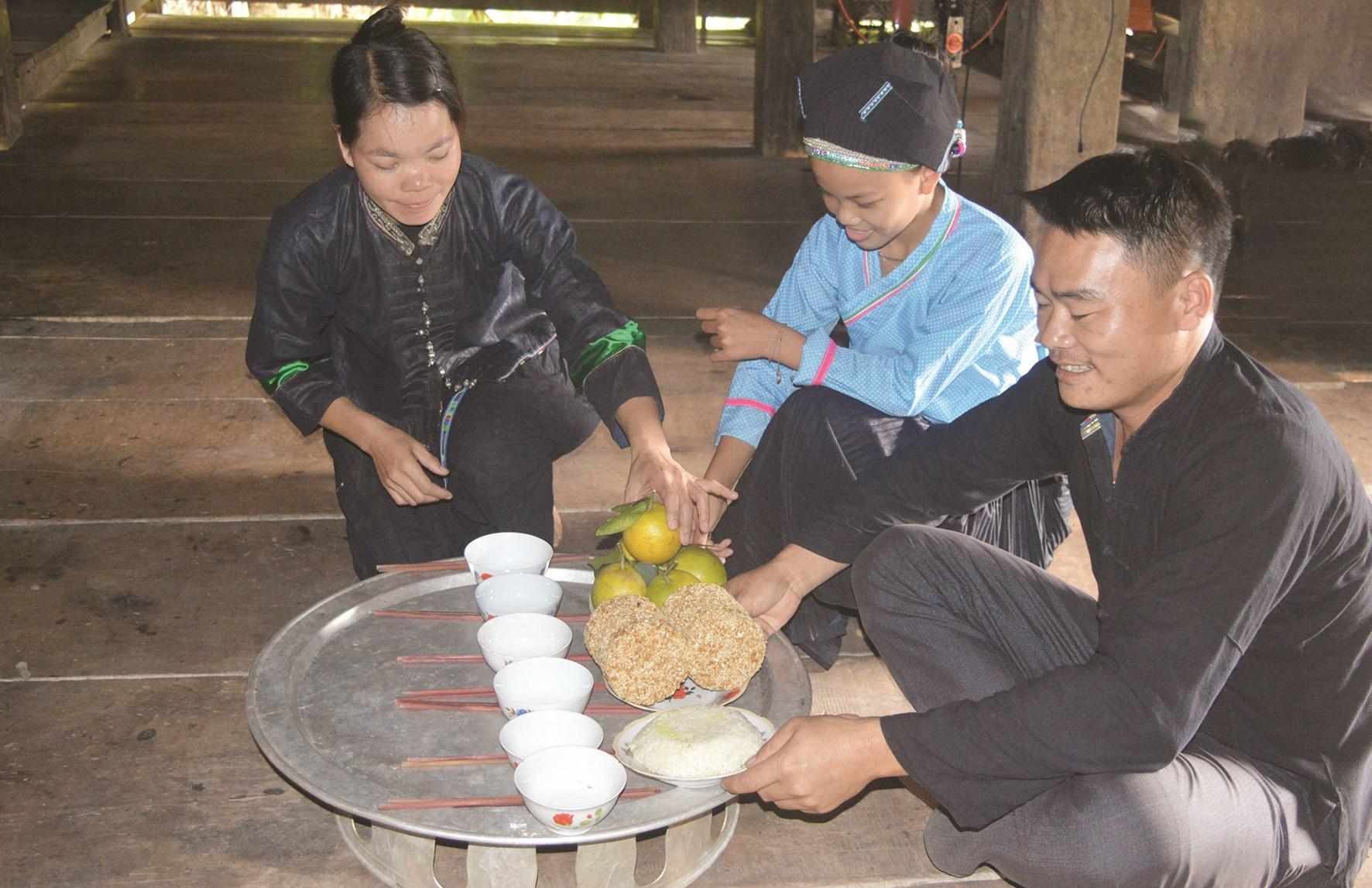 Gia đình anh Sùng Văn Tây, thôn Yểng, xã Hùng Lợi (Yên Sơn) chuẩn bị mâm lễ trong Lễ cúng cơm mới