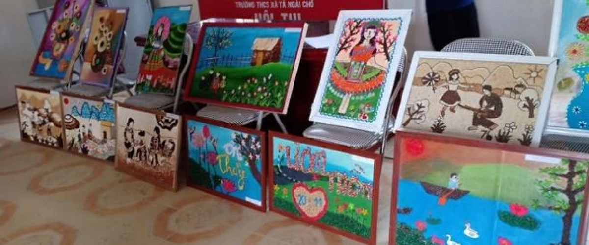 Không gian trưng bày những bức tranh được làm từ gạo, ngô... của học sinh. Ảnh: Vũ Ninh.