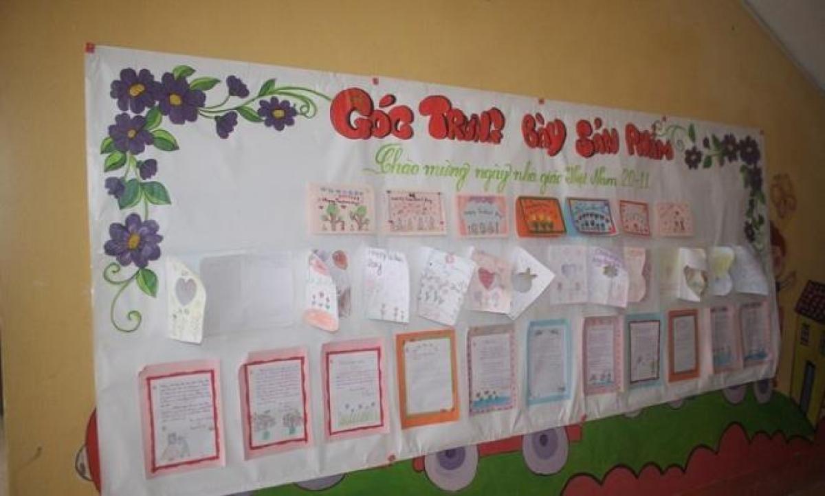 Những tấm thiệp được làm thủ công chứa đựng biết bao tình cảm trân quý của học sinh vùng cao dành cho các giáo viên. Ảnh: Vũ Ninh.