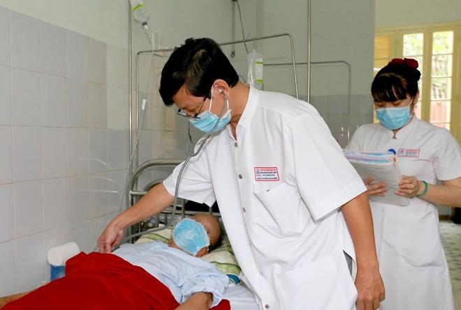 Bác sĩ Bệnh viện T.Ư Huế thăm khám cho bệnh nhân nhiễm Whitmore.