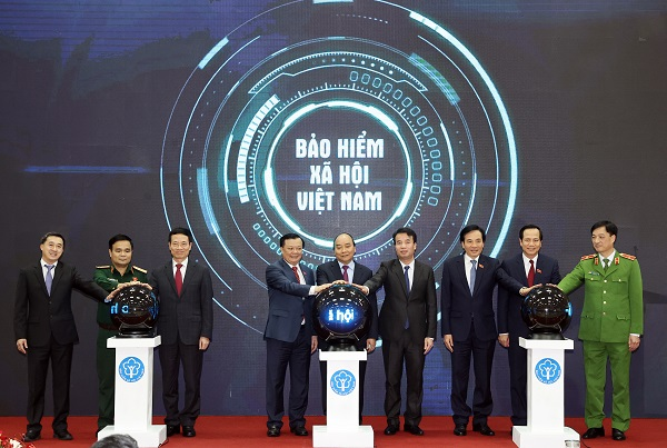 Thủ tướng Nguyễn Xuân Phúc và lãnh đạo các Bộ, ban, ngành thực hiện nghi thức công bố ứng dụng VssID - Bảo hiểm xã hội số
