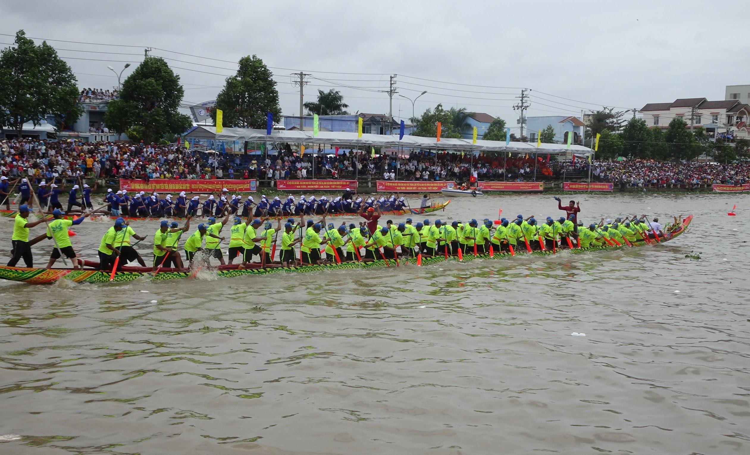 Đến Trà Vinh vào dịp lễ hội của đồng bào Khmer, ngoài tham quan Bảo tàng, du khách còn được thưởng thức những màn đua ghe ngo sôi nổi