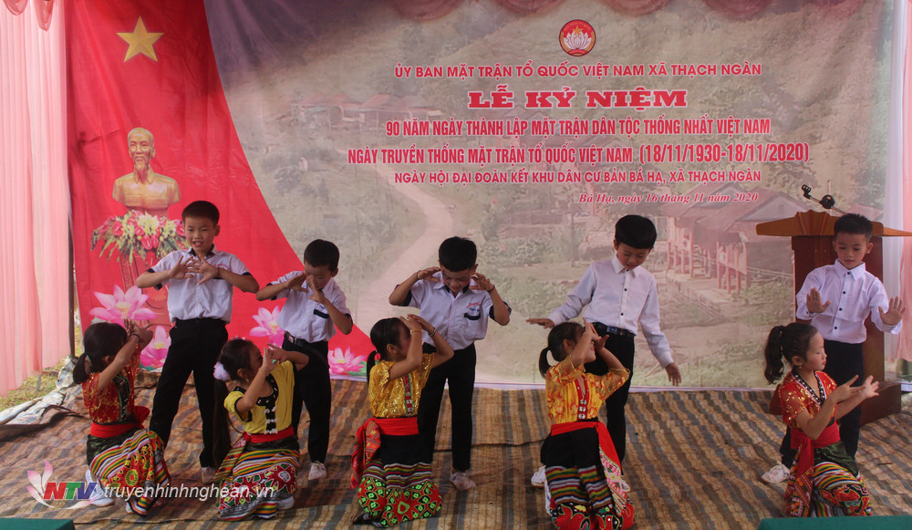 Tiết mục văn nghệ do các em học sinh Đan Lai ở bản Bá Hạ biểu diễn