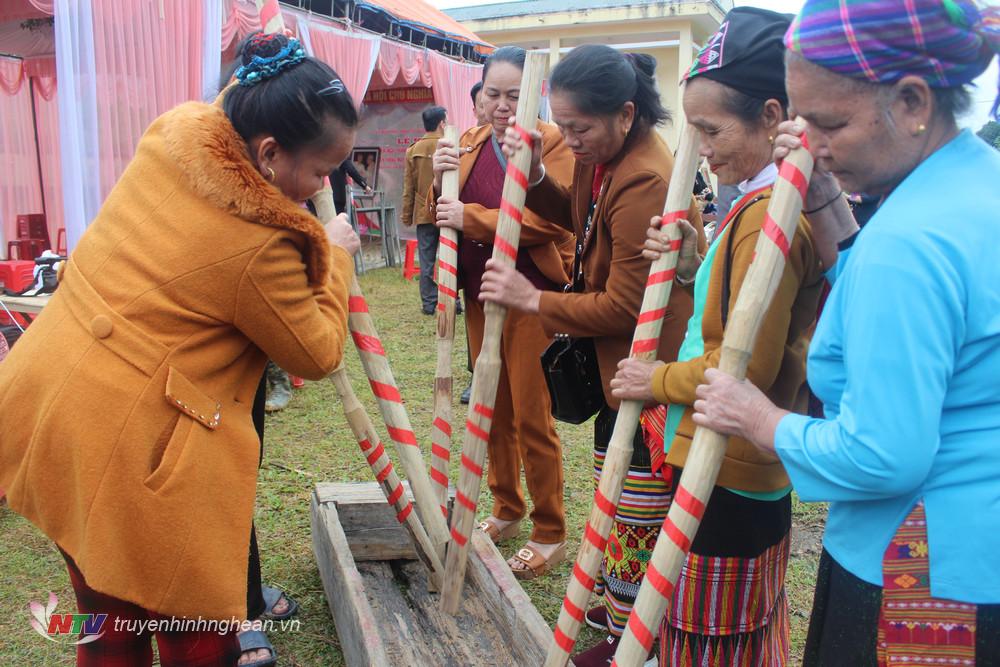Bà con người Thái, Đan Lai cùng sôi nổi tham gia khắc luống