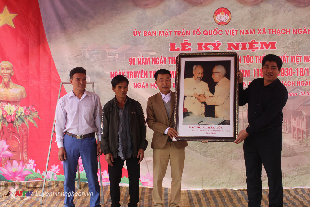 Lãnh đạo huyện trao quà lưu niệm cho cán bộ và Nhân dân bản Bá Hạ