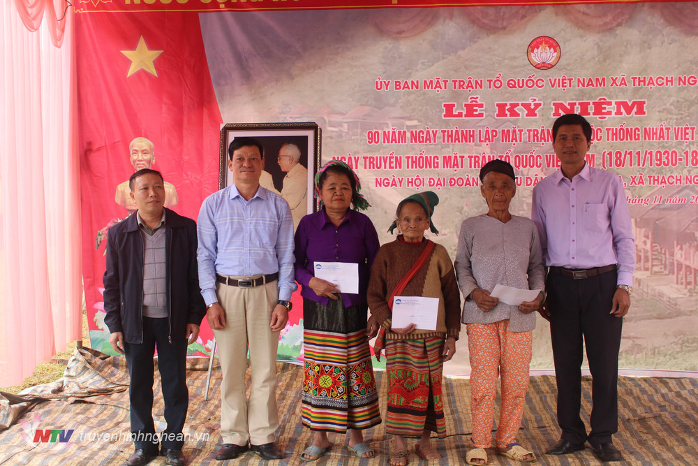 Lãnh đạo huyện thăm hỏi các hộ Đan Lai ở bản Bá Hạ