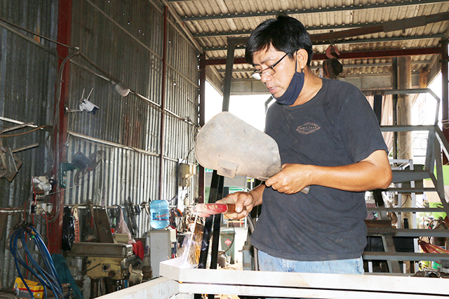 Dù chỉ mới học hết lớp 2 nhưng anh Nguyễn Thanh Hùng, xã Thường Phước 2, huyện Hồng Ngự (tỉnh Đồng Tháp) đã sáng chế ra nhiều chiếc máy nông nghiệp hữu dụng, chưa từng xuất hiện trên thị trường như máy tuốt hạt vừng, hạt rau muống, rau đay…