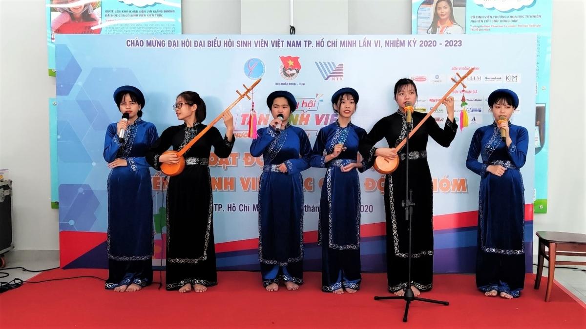 CLB Hát then - đàn tính TP. Hồ Chí Minh đang biểu diễn tại Ngày hội tân sinh viên năm 2020.