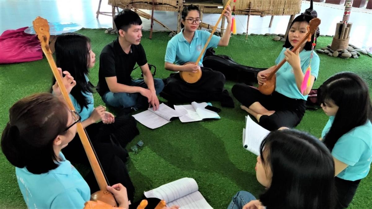 CLB Hát then - đàn tính TP. Hồ Chí Minh sinh hoạt vào sáng Chủ nhật hàng tuần tại Nhà văn hóa sinh viên của Khu đô thị ĐH Quốc gia TP. Hồ Chí Minh.