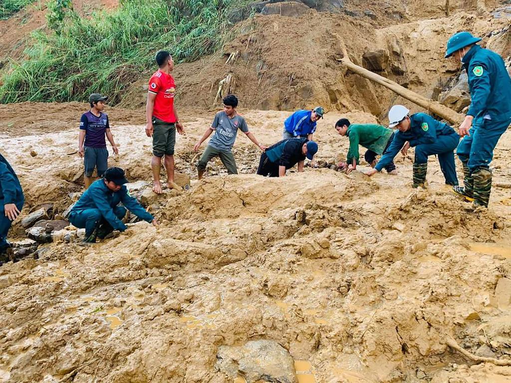 Các lực lượng xung kích tại chỗ tìm kiếm người mất tích tại hiện trường sạt lở xã Phước Lộc huyện Phước Sơn (Quảng Nam)