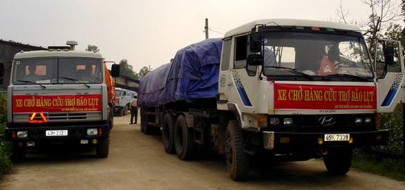 Đoàn xe chở gạo cứu trợ đồng bào xuất phát vào vùng lũ. Ảnh TL