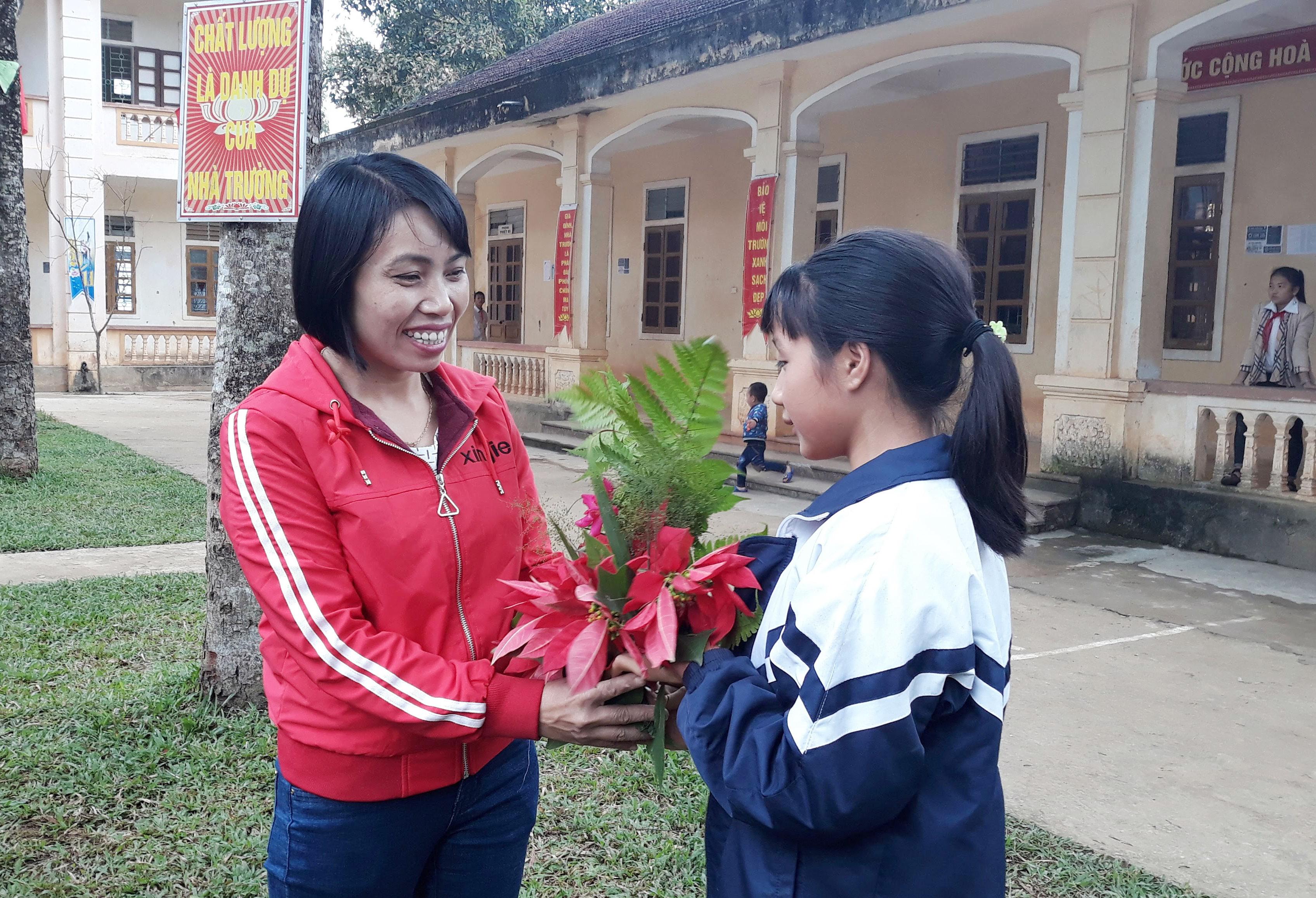 Học sinh Trường PTDTBT TH&THCS Nậm Càn mang hoa rừng đến tặng cô giáo