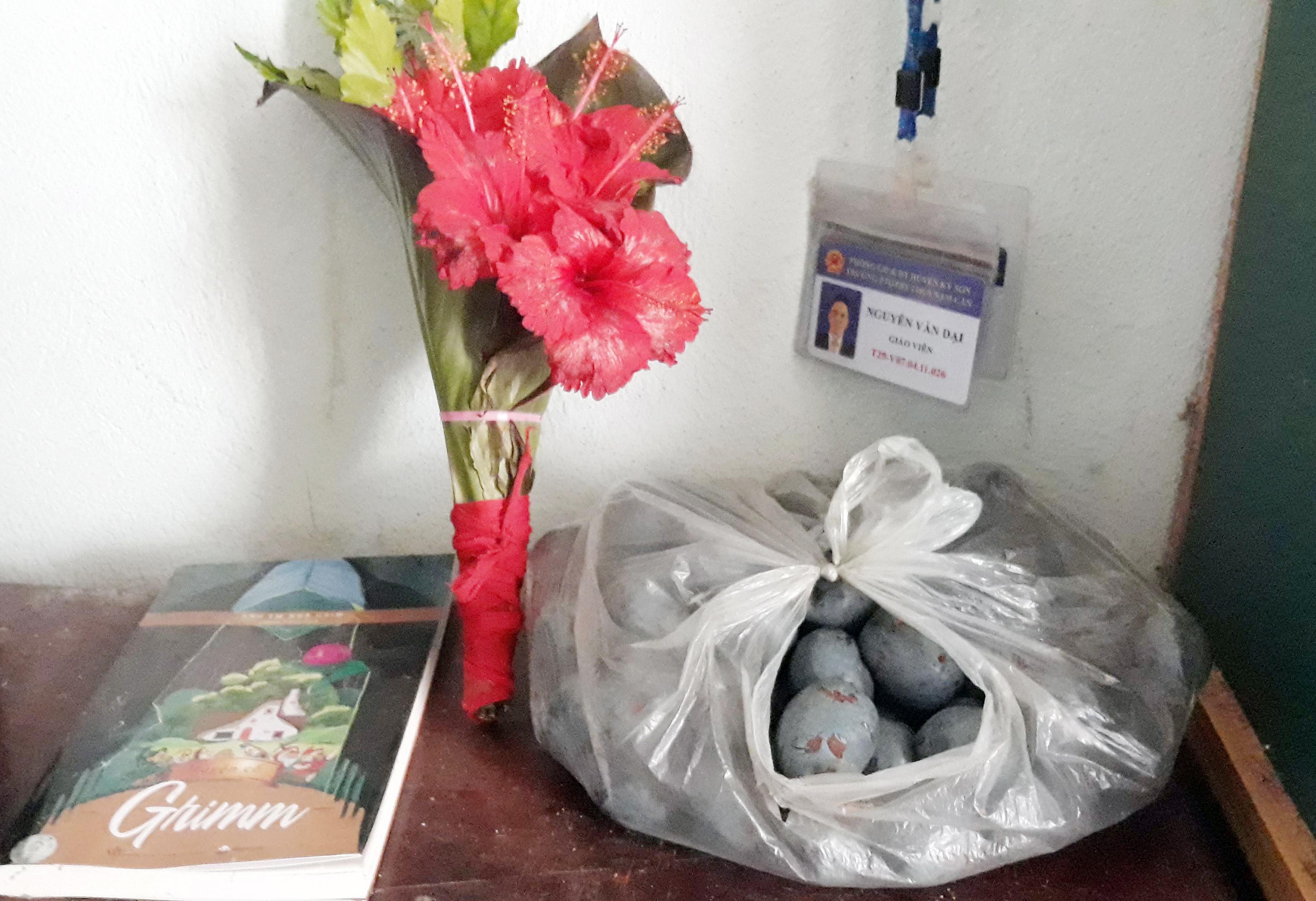 Trên bàn làm việc của các thầy cô giáo luôn có hoa rừng do chính các học trò hái tặng