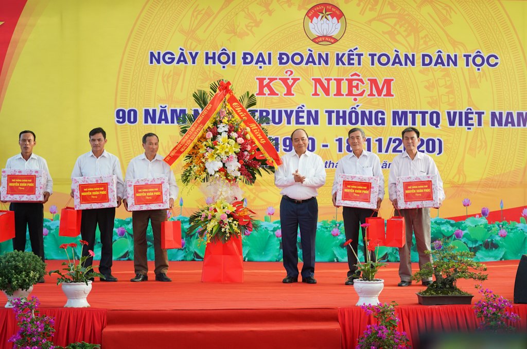 Thủ tướng Nguyễn Xuân Phúc trao quà tặng một số hộ gia đình trong thôn. Ảnh: VGP/Quang Hiếu