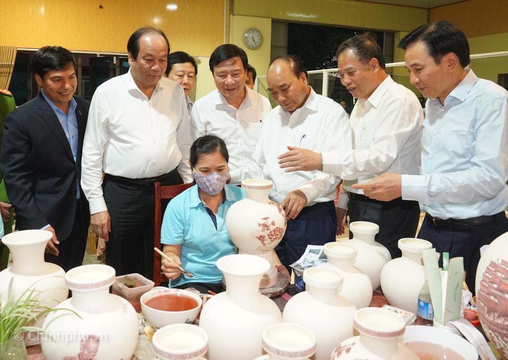 Thủ tướng Nguyễn Xuân Phúc thăm Công ty Cổ phần Gốm Chu Đậu. Ảnh: VGP/Quang Hiếu