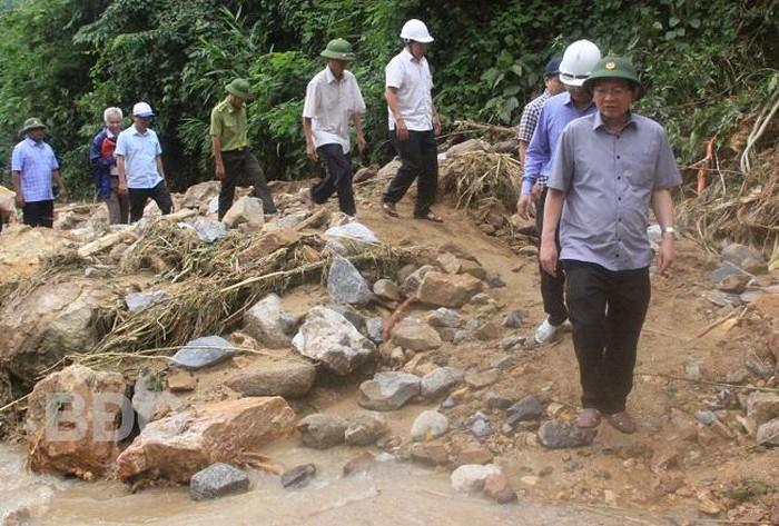 Bí thư Tỉnh ủy, Chủ tịch UBND tỉnh Bình Định Hồ Quốc Dũng (người đi đầu) kiểm tra tình hình sạt lở đất tại địa bàn huyện Vĩnh Thạnh ngày 7/11