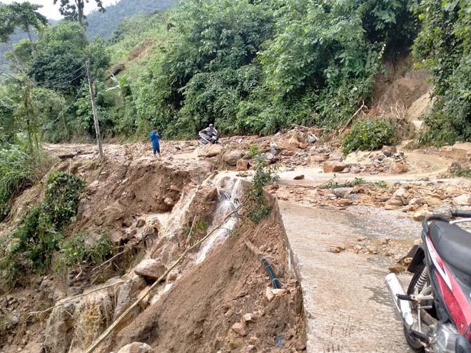 Mưa lũ do bão số 10 gây sạt lở tại xã Vĩnh Kim, huyện Vĩnh Thạnh (Ảnh TL)