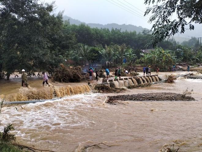 Nhiều tuyến đường giao thông tại huyện miền núi Vĩnh Thạnh bị lũ chia cắt (Ảnh TL)