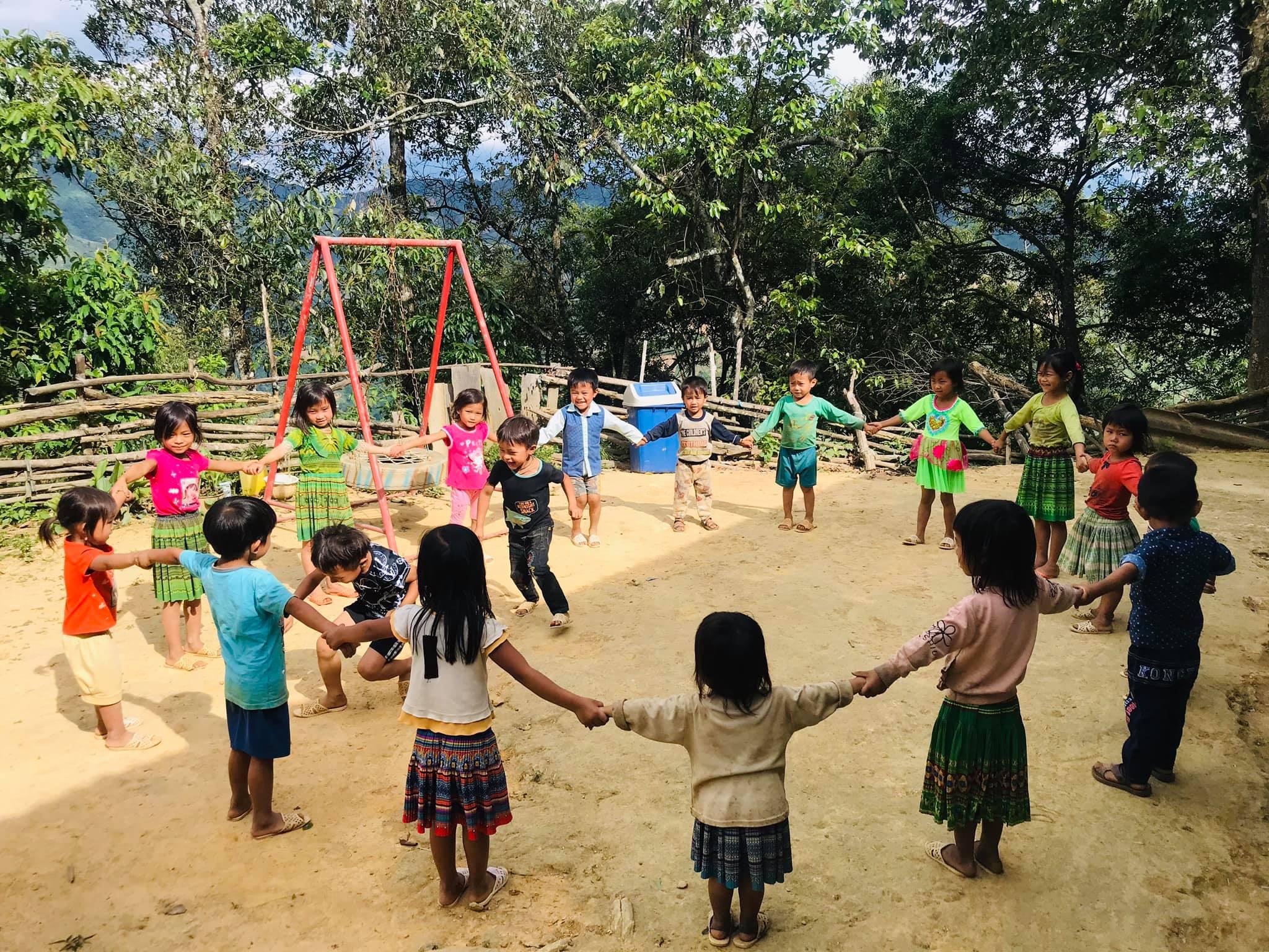 Trẻ em Trạm Tấu (Yên Bái) vui chơi tại nơi ở mới, an toàn