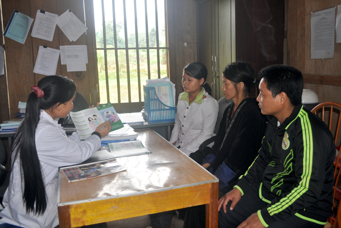 Nhân viên y tế xã Chung Chải tuyên truyền, vận động người dân phòng chống dịch bệnh.