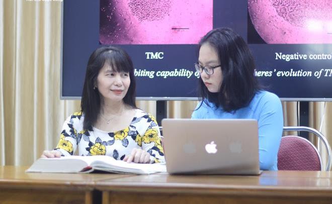 Lê Nhật Minh (bên phải) miệt mài tìm tòi những sách y khoa bằng tiếng Anh để làm Dự án.
