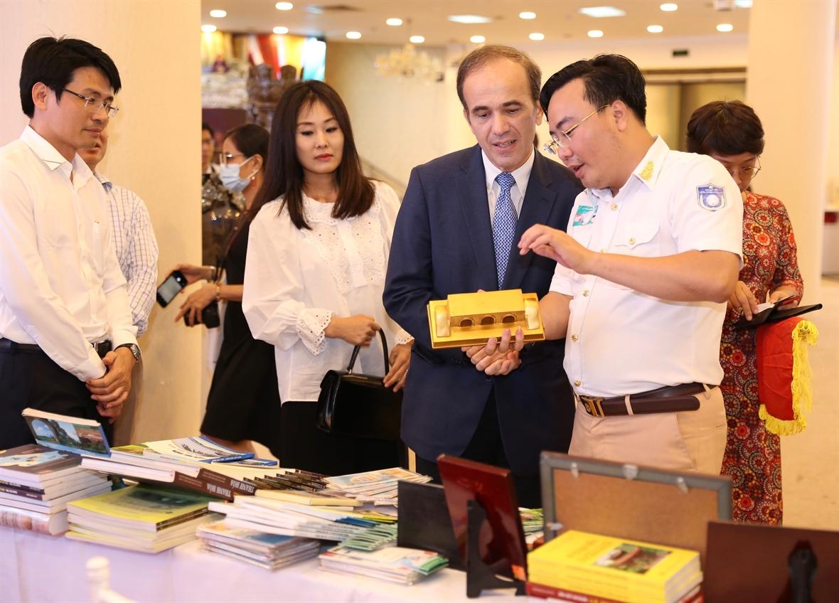 Các đại biểu tham quan Triển lãm (Ảnh TTTVN)
