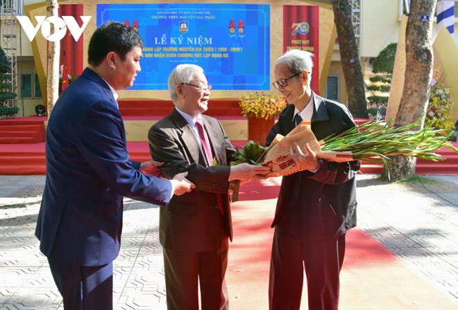 ổng Bí thư, Chủ tịch nước tặng hoa chúc mừng thầy nhân dịp 20/11.