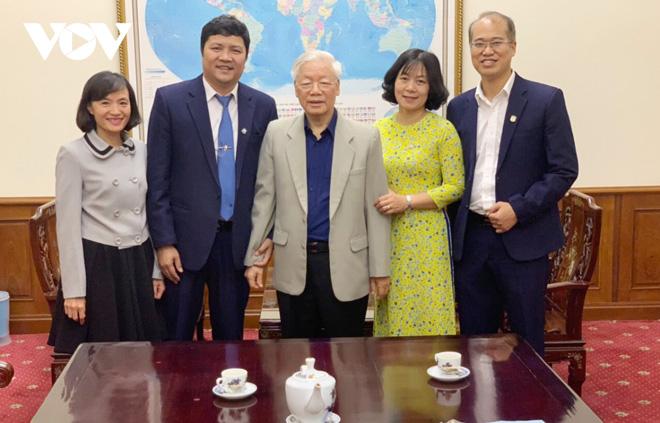 Tổng Bí thư, Chủ tịch nước Nguyễn Phú Trọng chụp ảnh lưu niệm cùng Ban Giám hiệu nhà trường và tác giả (bìa trái).