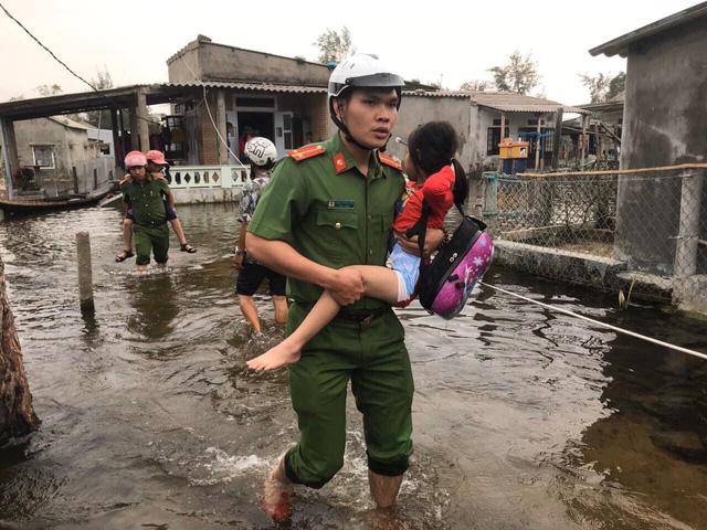Lực lượng chức năng đưa người dân đến nơi an toàn trong lũ lụt